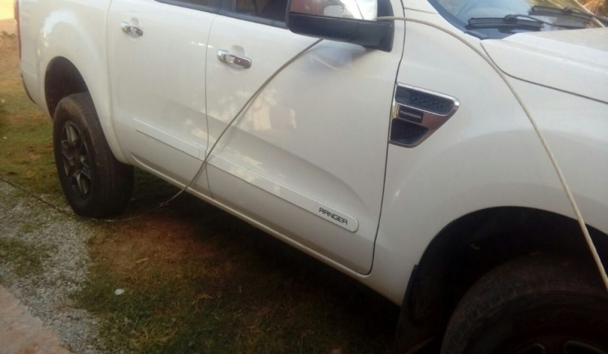 Acidente de carro com fios de alta tensão